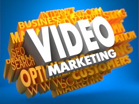 network marketing: Comercializaci�n de v�deo en color blanco en la nube de palabras amarillas sobre fondo azul. Concepto de negocio.