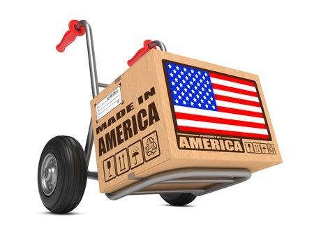 eslogan: Caja de cart�n con la bandera de EE.UU. y Made in America Slogan. Concepto env�o gratuito. Foto de archivo