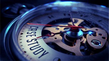 Estudio de caso sobre la cara del reloj de bolsillo con la visión cercana del mecanismo del reloj. Concepto del tiempo. Efecto de la vendimia.
