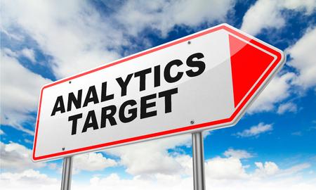 Analytics Target - Inschrijving op Red Road Sign op Sky achtergrond.