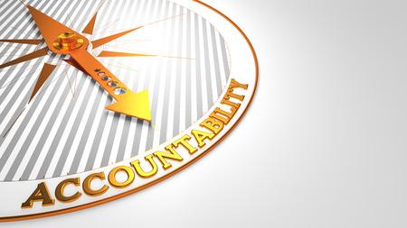 Verantwortlichkeit - Goldene Kompass-Nadel auf einem weißen Feld Pointing.