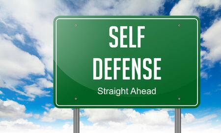 defensa personal: Poste indicador Highway con la redacci�n de la autodefensa en el cielo de fondo.