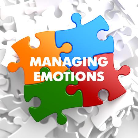 La gestión de las emociones en multicolor rompecabezas en el fondo blanco.