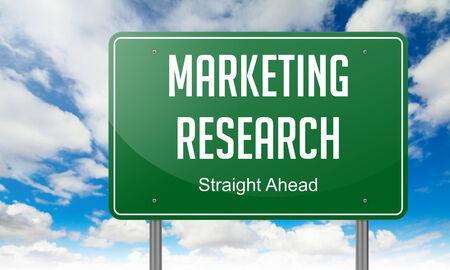 publicidad exterior: Marketing Research - Autopista del poste indicador en el cielo de fondo. Foto de archivo