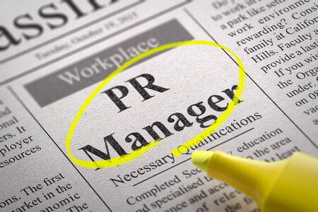 relaciones laborales: Vacante Gerente de relaciones públicas en el periódico. Búsqueda de empleo Concept.