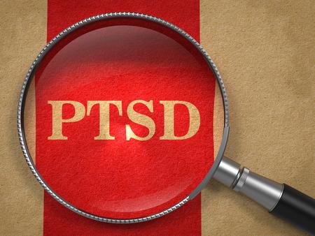 PTSS door vergrootglas op oud papier met rode verticale lijn.