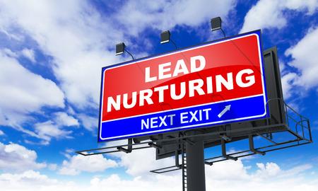 Lead nurturing - Red Billboard op Sky achtergrond. Business Concept. Stockfoto