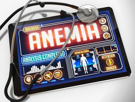 remission: Tablet medico con la diagnosi di anemia sul display e uno stetoscopio nero su sfondo bianco. Archivio Fotografico