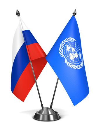 nazioni unite: Nazioni Unite e Russia - Bandiere in miniatura isolato su sfondo bianco.