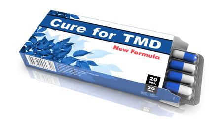 dolor de oido: Cura para el TMD, blister de pastillas salir de la caja azul sobre fondo blanco. Foto de archivo