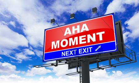 Aha Moment - Red Billboard am Himmel Hintergrund. Geschäftskonzept. Lizenzfreie Bilder