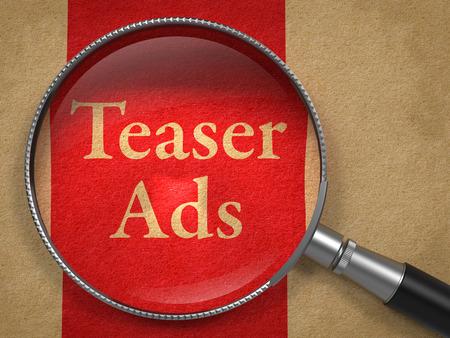 teaser: Teaser annunci attraverso Lente d'ingrandimento sulla vecchia carta con Red Vertical Line. Archivio Fotografico