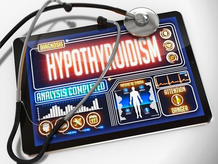 hipofisis: Hipotiroidismo - Diagn�stico de la pantalla de la tableta m�dico y un estetoscopio Negro sobre fondo blanco. Foto de archivo