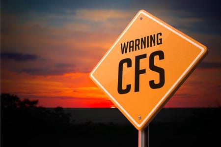 석양 하늘 배경에 경고 도로 표지판에 CFS.