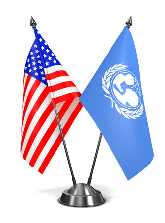 unicef: USA e l'UNICEF - Bandiere in miniatura isolato su sfondo bianco.