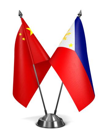 bandera blanca: China y Filipinas - Banderas miniatura aisladas sobre fondo blanco.