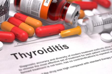 hemorragia: Diagnisis - La tiroiditis. Informe m�dico con Composici�n de Medicamentos - P�ldoras Rojas, Inyecciones y Jeringa. Foco. Foto de archivo