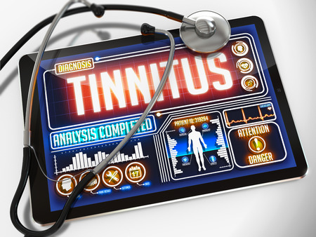 dolor de oido: Tinnitus - Diagnóstico de la pantalla de la tableta médico y un estetoscopio Negro sobre fondo blanco.