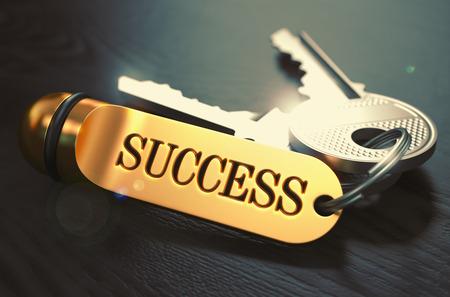 Keys to Success - Concept op Gouden Sleutelhanger over Zwarte Houten Achtergrond. Close-up bekijken, scherptediepte, 3D Render. Afgezwakt Afbeelding. Stockfoto