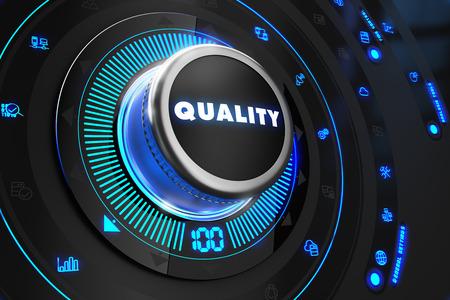 Qualitätskontrolleur on Black Control Console mit blauer Hintergrundbeleuchtung. Improvement, Regel-, Steuer- oder Wirtschaftskonzept.