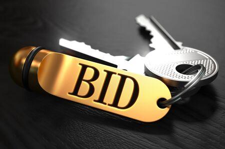 bid: Claves con la Palabra de la subasta sobre el Golden Label Negro sobre fondo de madera.