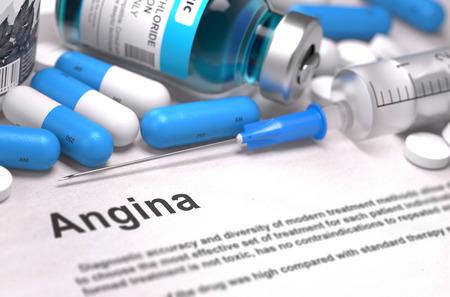 angina: Angina - Impreso Diagnóstico con texto borroso. En el fondo de Medicamentos Composición - Píldoras azules, inyecciones y jeringuilla.