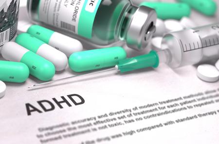 ADHD - Gedrukt Diagnose met vage tekst. Op Achtergrond van Geneesmiddelen Samenstelling - Mint Green pillen, injecties en spuit.
