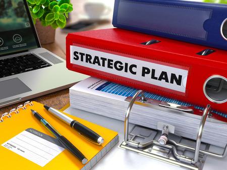 planeación estrategica: Carpeta de anillas rojo con el Plan Estratégico de la inscripción en el fondo de la Mesa de Trabajo con Material de Oficina, Ordenador portátil, Informes. Ilustración virada. Concepto de negocio en el fondo borroso.