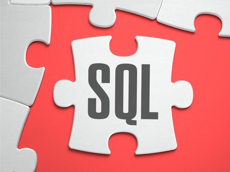structured: SQL - Structured Query Language - Texto en Puzzle en el Lugar de falta de los pedazos. Antecedentes Scarlett. Acercamiento. 3d ilustraci�n. Foto de archivo