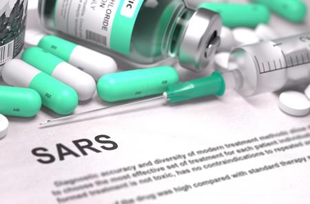 pastillas: Diagnóstico - SRAS - Síndrome Respiratorio Agudo Severo. Concepto médico con las píldoras, inyecciones verde claro y una jeringa. Enfoque selectivo. Antecedentes borrosa.
