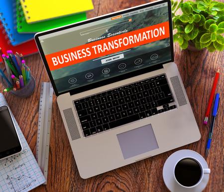 crecimiento: Concepto de transformación de negocios. Ordenador portátil moderno y Fuente de oficina diferente en el fondo de escritorio de madera.