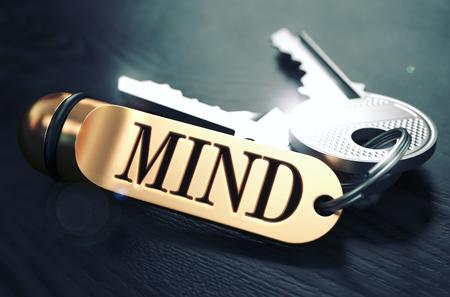 mente: Llaves y llavero de oro con la Mente Palabra sobre la tabla de madera Negro con falta de definición. Imagen virada.