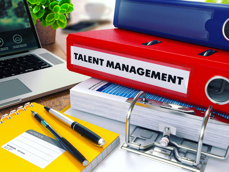 document management: Gestión del Talento - Carpeta de anillas rojo en la Oficina de escritorio con material de oficina y ordenador portátil moderno. Concepto de negocio en el fondo borroso. Ilustración virada.