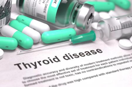 pastillas: Diagnóstico - Enfermedad de tiroides. Concepto médico con las píldoras, inyecciones verde claro y una jeringa. Enfoque selectivo. Antecedentes borrosa.