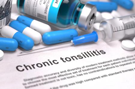 pus: Diagnosi - tonsillite cronica. Concetto medico con le pillole blu, iniezioni e siringhe. Messa a fuoco selettiva. Sfondo sfocato.