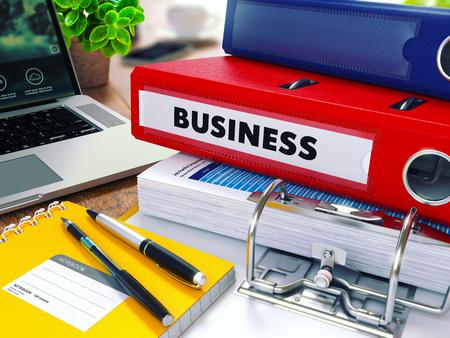 Business - Red Ring Binder op Office Desktop met Office Supplies en moderne laptop. Business Concept op onscherpe achtergrond. Afgezwakt Illustratie.