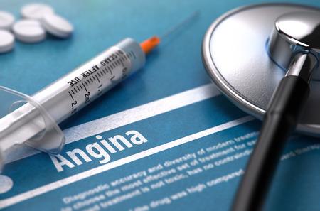 angina: La angina de pecho - Impreso Diagnóstico sobre fondo azul y composición médica - estetoscopio, píldoras y la jeringa. Concepto médico. Imagen borrosa.