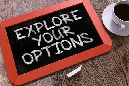 inspiración: Escrita a mano inspirado de la cita - Explore sus opciones - en la pizarra Rojo. Vista superior Composición con la pizarra y blanco taza de café.
