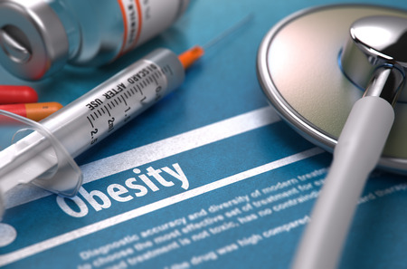 obesidad: Diagnóstico - Obesidad. Concepto médico con borrosa texto, estetoscopio, píldoras y jeringa sobre fondo azul. Enfoque selectivo.