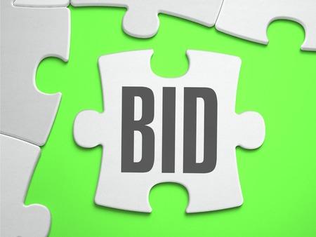 bid: Bid - rompecabezas con piezas que faltan. Fondo verde brillante. De cerca. Ilustración 3d. Foto de archivo