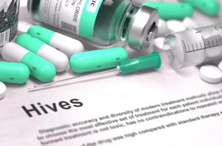 pokrzywka: Pokrzywka - Diagnoza Wydrukowano z niewyraźne tekst. Na Tle leków skład - Mint zielonych tabletek, zastrzyków i strzykawki. Zdjęcie Seryjne