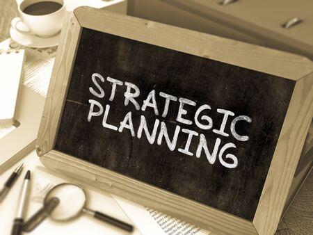 planeaci�n estrategica: Dibujado a mano Concepto de planificaci�n estrat�gica en la pizarra. Fondo enmascarado. Imagen virada.