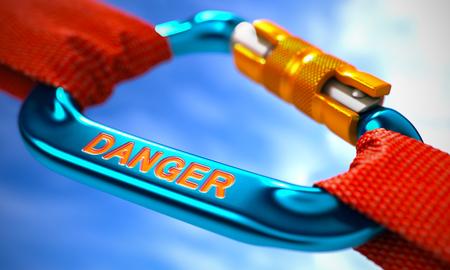imminence: Fuerte conexión entre Blue Mosquetón y dos cuerdas de color rojo que simboliza el peligro. Enfoque selectivo.