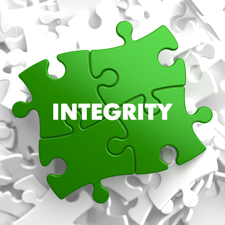 integridad: Integridad en el rompecabezas verde sobre fondo blanco. Foto de archivo
