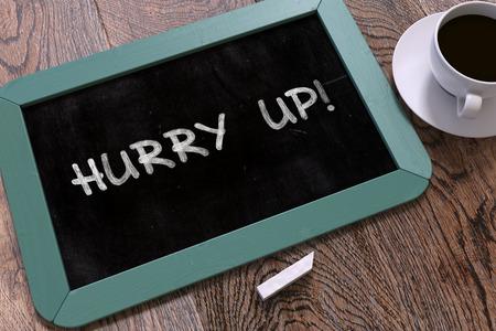 llegar tarde: Hurry Up - azul pizarra con Drawn Mano Cita Motivaci�n y blanco taza de caf� en el vector de madera. Vista superior.