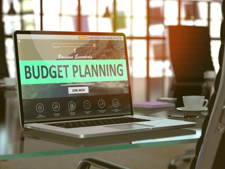 Modern Werkplek met laptop blijkt Landing pagina met Budget Planning Concept. Afgezwakt beeld met selectieve aandacht. Stockfoto