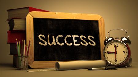 Succes Handgeschreven op Bord. Time Concept. Samenstelling met Bord en Stapel Boeken, Alarm Clock en Scrolls op vage achtergrond. Afgezwakt beeld. Stockfoto