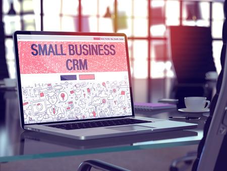 Small Business CRM - Customer Relationship Management - Page de destination dans le style de conception Doodle sur écran d'ordinateur portable. Sur fond de lieu de travail confortable dans un bureau moderne. Tonifié, image floue.