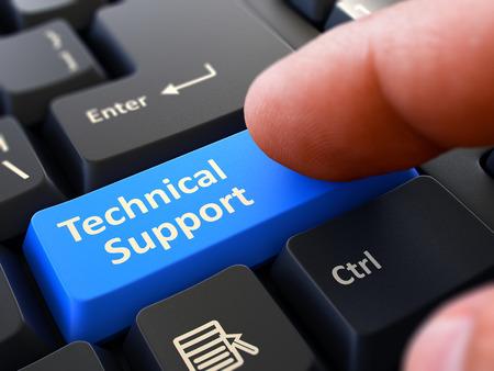 Finger Presses Blue Button Supporto tecnico sulla tastiera nera sfondo. Vista di primo piano. Messa a fuoco selettiva. Archivio Fotografico
