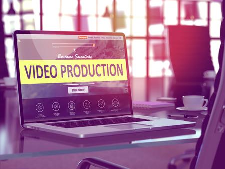 schöpfung: Video Production-Konzept. Nahaufnahme Landing-Page auf Laptop-Bildschirm auf den Hintergrund der angenehmeres Arbeiten in der modernen Büro. Unschärfe, Getönt. Lizenzfreie Bilder